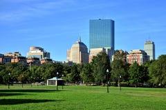 Den Boston allmänningen parkerar trädgårdar med Boston horisont Fotografering för Bildbyråer