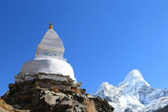 Den Boudhanath stupaen och amadablam når en höjdpunkt från Nepal Royaltyfri Bild