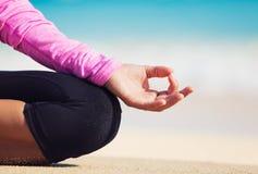 Den Boung kvinnan i yoga poserar på stranden Fotografering för Bildbyråer