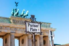 Den Brandenbur porten är den mest iconic turist- dragningen i Berlin Royaltyfri Fotografi