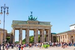 Den Brandenbur porten är den mest iconic turist- dragningen i Berlin Arkivbilder