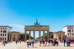 Den Brandenbur porten är den mest iconic turist- dragningen i Berlin Royaltyfri Bild