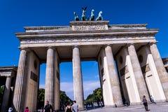 Den Brandenburg porten i Berlin Germany Arkivbilder