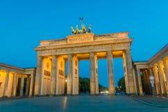 Den Brandenburg porten i Berlin i morgonen från Pariser Platz arkivbild