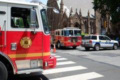 Den brandlastbilar och polisen blockerar av tillträde till sänkan Royaltyfri Bild
