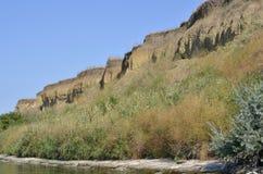 Den branta banken av floden G? p? en sommardag Ner upp royaltyfri bild