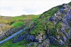 Den branta treken upp Thorpe Cloud, i Dovedale, Derbyshire royaltyfria foton