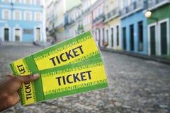 Den brasilianska handen rymmer två biljetter till händelsen i Pelourinho Salvador Brazil Royaltyfri Fotografi