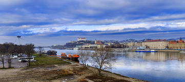 Den Bratislava slotten, den St Martins kyrkan och Danube River, blått segrar royaltyfria bilder