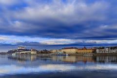 Den Bratislava slotten, den St Martins kyrkan och Danube River, blått segrar royaltyfria foton