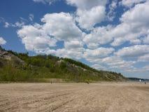 Den breda sandiga stranden nära Scarborough bluffar, Ontario royaltyfri fotografi