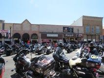 Den breda vinkeln av i stadens centrum Sturgis, SD, motorcykel samlar Arkivbild