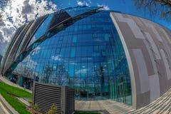 Den breda vinkeln sköt av futuristisk NOKIA kontorsbyggnad i Timisoara arkivbilder