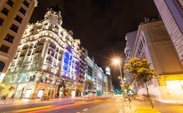 Den breda vinkeln sköt av Gran via gatan i natt. Madrid Spanien Royaltyfri Bild