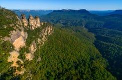Den breda vinkelsikten av Jamison Valley och dess berömda gränsmärken i Australien ` s slösar berg arkivfoton