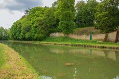 Den Briare kanalen nära Montargis royaltyfri fotografi