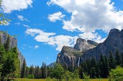 Den Bridalveil nedgången och El Capitan vaggar, den Yosemite dalen, den Yosemite nationalparken Arkivbild