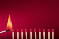 Den brinna matchinställningen avfyrar till dess grann Royaltyfri Foto