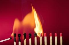 Den brinna matchinställningen avfyrar till dess grann royaltyfri fotografi