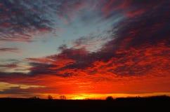 Den brinnande solnedgången Royaltyfria Bilder