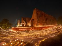 Den brinnande stearinljuset tänder omkring på Wat Maheyong, Ayutthaya, Thailand Arkivbild