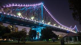 Den Brisbane berättelsebron på natten Arkivfoton