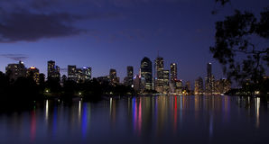 Den Brisbane stadsnatten tänder flodreflexionen Australien Arkivfoto