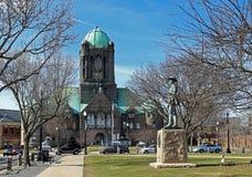 Den Bristol County Courthouse byggnaden och fotvandrarestatyn i Taunton, Massachusetts royaltyfri bild