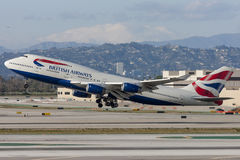 Den British Airways Boeing 747 jumbon - spruta ut att ta av från Los Angeles den internationella flygplatsen Arkivfoton