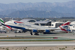 Den British Airways Boeing 747 jumbon - spruta ut att ta av från Los Angeles den internationella flygplatsen Arkivfoto