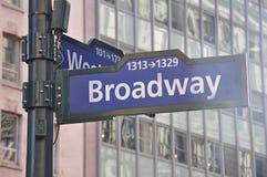 Den Broadway riktningen undertecknar in Manhattan, New York, USA royaltyfri fotografi