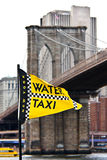 den brobrooklyn flaggan taxar vatten Fotografering för Bildbyråer