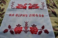 Den broderade handduken ligger på en bordduk royaltyfria bilder
