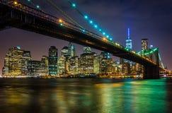 Den Brooklyn bron och den Manhattan horisonten på natten som ses från Bro Royaltyfria Foton