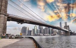 Den Brooklyn bron parkerar och Manhattan skyskrapor Arkivbild