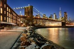 Den Brooklyn bron parkerar riverfront och Lower Manhattan på skymning Brooklyn Manhattan, New York City Arkivfoto
