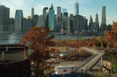 Den Brooklyn bron parkerar sikt av Manhattan New York. Arkivbild