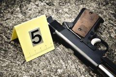 Den brottsplatsutredning, pistolen och kulan beskjuter med blodfläck royaltyfri fotografi