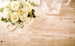 Den brud- buketten med vita rosor och snör åt skyler royaltyfria foton