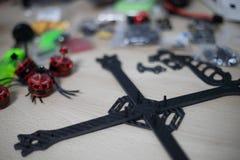 Den Brummenrahmen laufen, der am Holztisch mit unscharfen Werkzeugen auf Hintergrund angebracht wird stockfoto