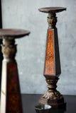 Den bruna ljusstaken med guld- texturerar utsmyckat arkivfoto
