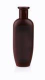 Den bruna plast- flaskan med duschen stelnar på vit bakgrund Royaltyfria Foton