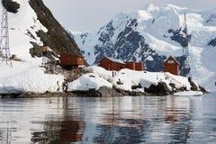 Den bruna stationen argentinsk antarktisk en station för grund som och för vetenskaplig forskning lokaliseras på paradiset, skäll arkivbilder
