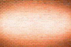 Den bruna tegelstenväggen har målat vit i mitt för texturbac Arkivbild