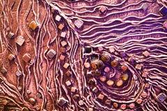 Den bruna texturen av betongväggen göras av dekorativ murbruk med tillägget av mång--färgad ädelstenar, exponeringsglasfyrkanter  Arkivfoton