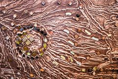 Den bruna texturen av betongväggen göras av dekorativ murbruk med tillägget av mång--färgad ädelstenar, exponeringsglasfyrkanter  Royaltyfria Bilder