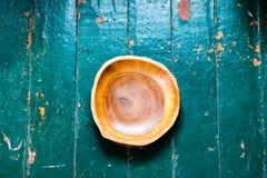 Den bruna träplattan på en lantlig tabellcloseup horisontalbästa sikt Arkivfoton