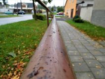 Den bruna trappräcket som går för oändlighet Arkivfoton