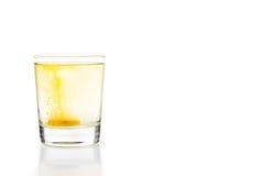 Den brusande minnestavlan för vitamin C bubblar i exponeringsglas av vatten Royaltyfri Foto