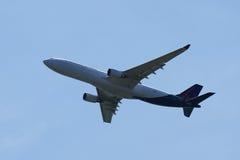 Den Brussels Airlines flygbussen A330 stiger ned för att landa på den internationella flygplatsen för JFK i New York Royaltyfria Bilder